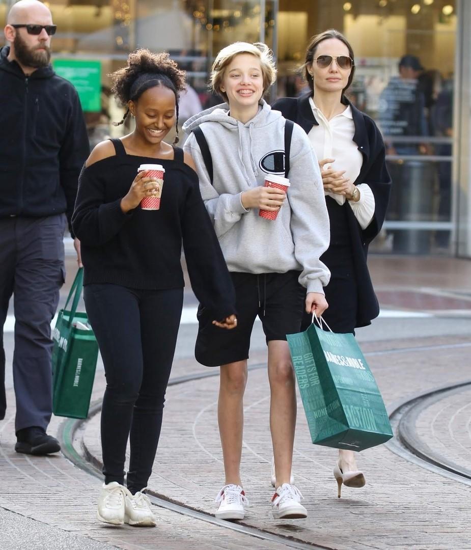 джоли с детьми шопинг