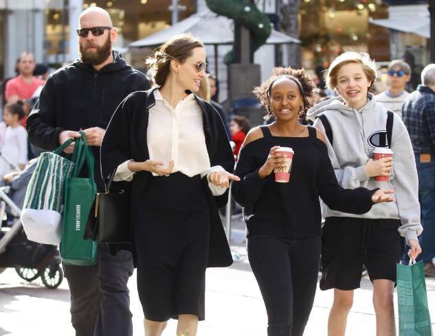 Рождественский шопинг: Анджелина Джоли с дочерьми прогулялась по магазинам в Лос-Анджелесе (ФОТО)