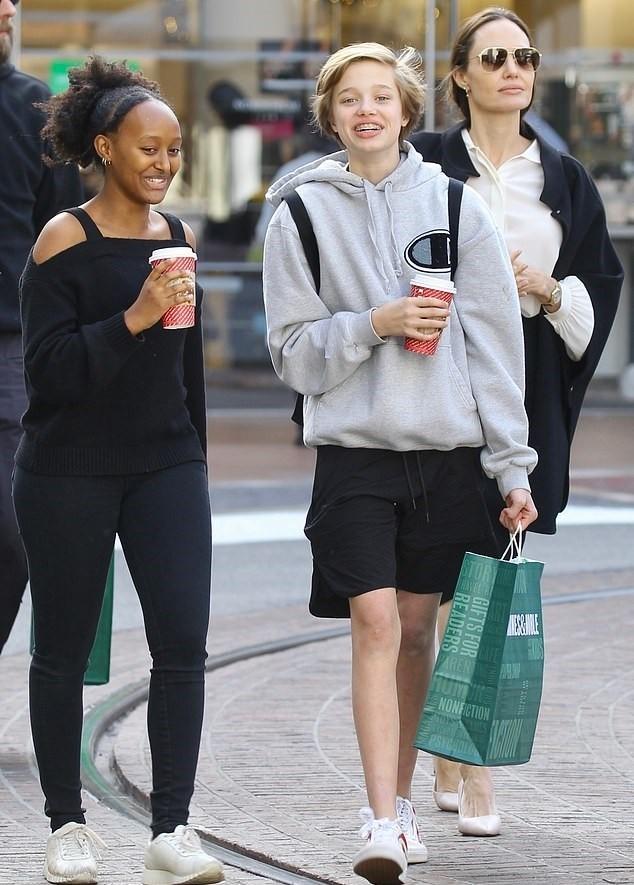 Рождественский шопинг: Анджелина Джоли с дочерьми прогулялась по магазинам в Лос-Анджелесе (ФОТО) - фото №3