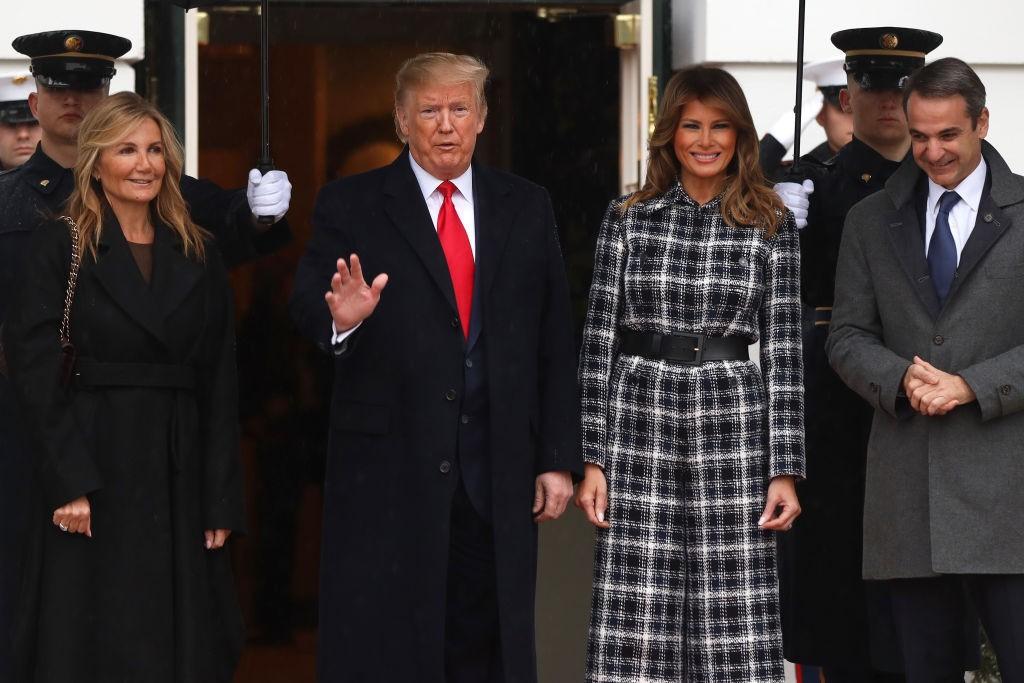 В стиле 70-х: Мелания Трамп в комбинезоне из твида вместо пальто для первого официального выхода в 2020 - фото №4