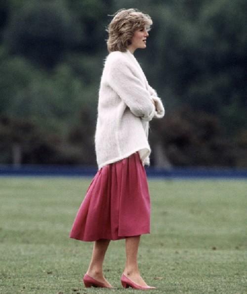 Как стильно носить свитер: следуем примеру принцессы Дианы - фото №7