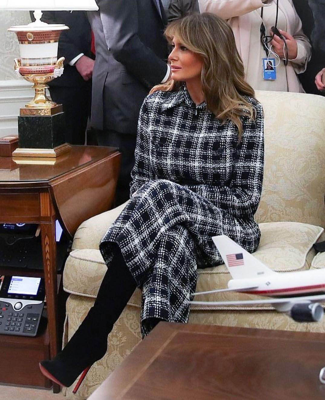 В стиле 70-х: Мелания Трамп в комбинезоне из твида вместо пальто для первого официального выхода в 2020 - фото №2