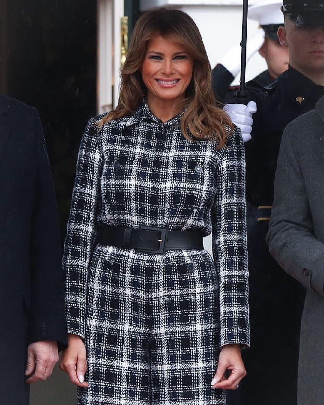 В стиле 70-х: Мелания Трамп в комбинезоне из твида вместо пальто для первого официального выхода в 2020 - фото №3