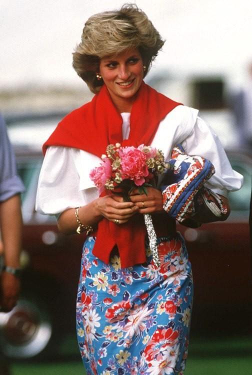 Как стильно носить свитер на примере принцессы Дианы - фото №9