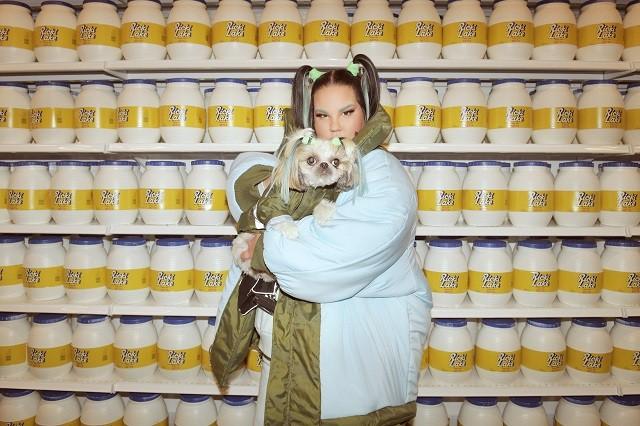 Пищевая зависимость и троллинг в новом клипе победительницы Евровидения Netta (ВИДЕО) - фото №1