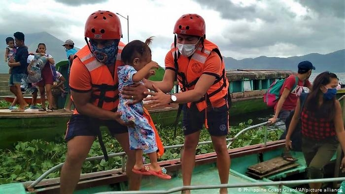 "На Филиппинах тайфун ""Гони"""