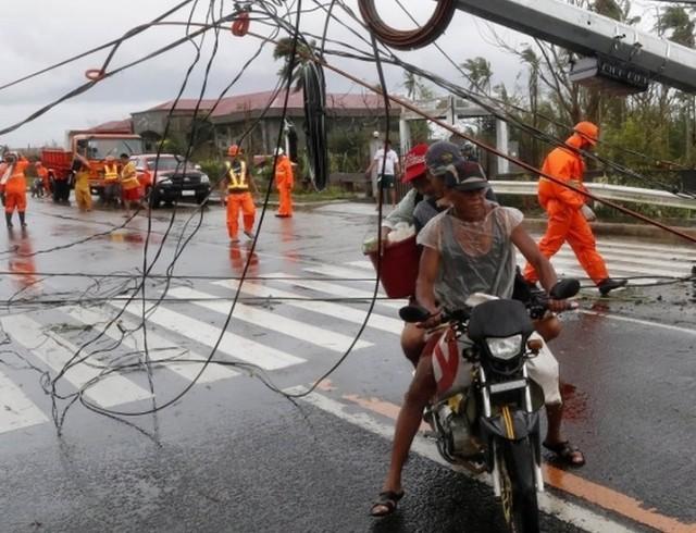 "На Филиппинах пронесся тайфун ""Гони"" — самый мощный ураган года (ВИДЕО)"