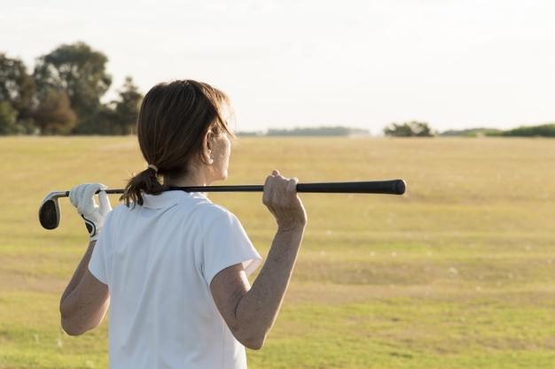 женщина играет в гольф фото
