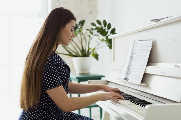 девушка играет на пианино фото