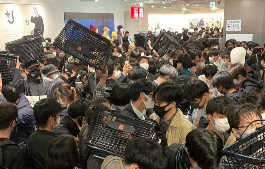 Покупатели разгромили магазин Uniqlo в Токио. В чем причина? (ФОТО) - фото №2