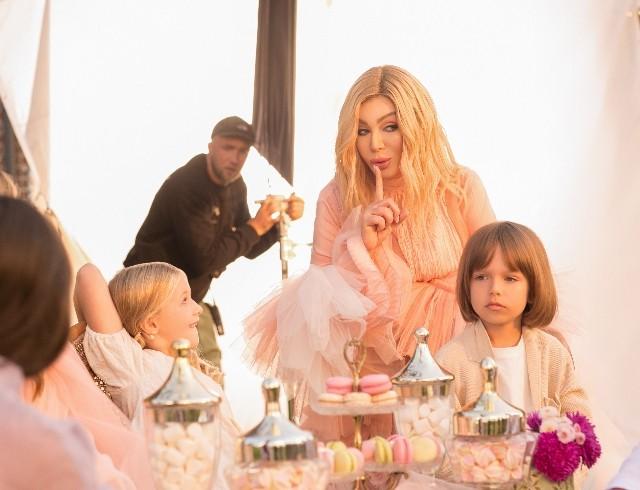 """В зефирно-розовом платье и в окружении детей: Ирина Билык выпустила клип на песню """"Я умею любить"""" (ВИДЕО)"""